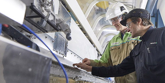 Timo Tallinen from Kotkamills (left) and Seppo Salminen from Valmet are checking the slide die of the Valmet supplied curtain coating station.